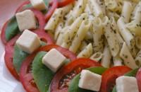 Макаронний салат з помідорами, шпинатом і фетою