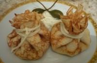 Мішечки млинцеві з копченим сиром і грибами