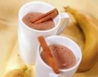 Напій з бананом, шоколадом і корицею