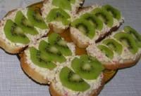Новорічні бутерброди з ківі і крабовими паличками