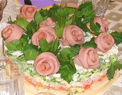 Новорічний овочевий салат з ковбасою «Букет троянд»