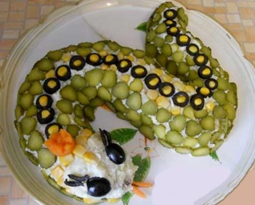 Новорічний салат з курячими крильцями