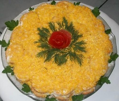 Новорічний салат-торт з крекерами і рибою