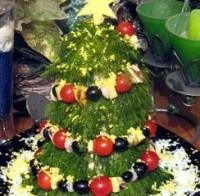 Новорічна ялина з батона і салату з горіхами