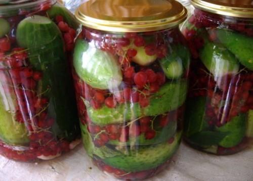 Огірки, засолені зі смородиною