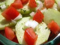 Огірковий салат з цибулею і помідором під винної заправкою