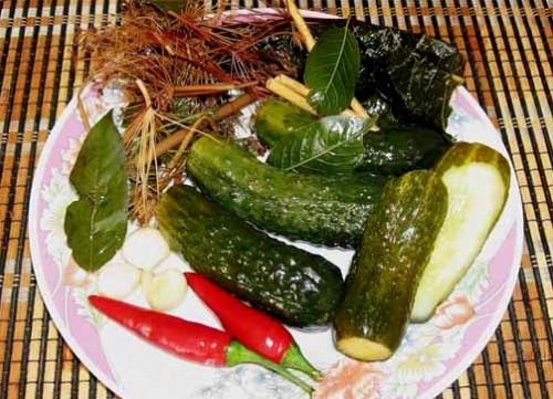 Гострі мариновані огірки з кропом