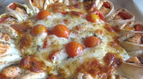 Відкритий рибний пиріг з сиром і овочами