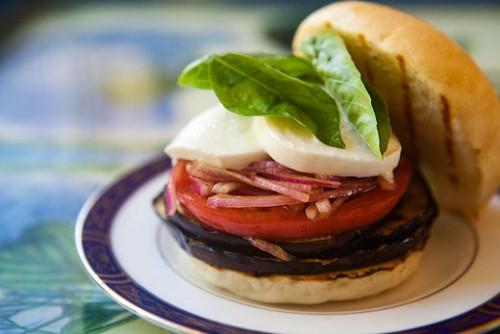 Перекус по-літньому: рецепти гарячих бутербродів з овочами