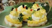 Перепелині яйця на тостах