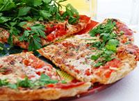Піца на кефірі з рибою і цибулею