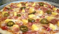 Піца по-гавайськи з ананасами