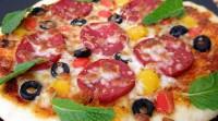 Піца з оливками і салямі