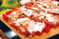Піца з помідорами і сиром