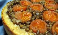 Пісний пиріг «Перевернутий» з сочевицею і помідорами