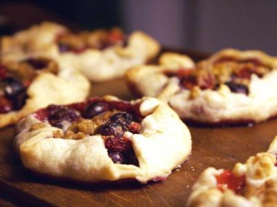 Пиріжки з листкового тіста з ягодами