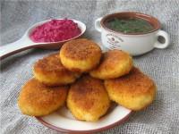 Пиріжки картопляні з бринзою і сметанно-буряковим соусом