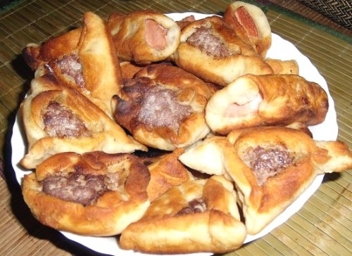 Пиріжки з ковбасою на пісочно-дріжджовому тісті