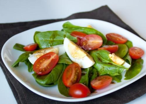 Харчуємося смачно і легко: салати зі шпинатом
