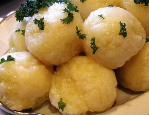 Польські картопляні галушки з хлібною начинкою