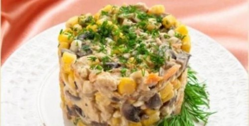 Порційний салатик з куркою, кукурудзою і грибами