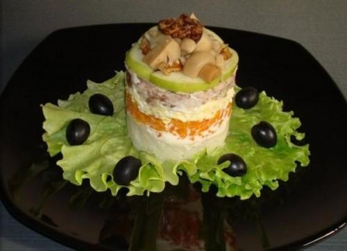 Порційний листковий салат з куркою, яблуком, горіхами і грибами