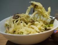 Пісний яблучно-капустяний салат з соусом з апельсина