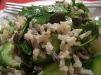 Пісний рисовий салат з огірком і лососем