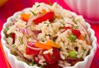 Пісний рисовий салат з перцем, овочами і цибулею