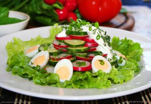 Повсякденні салати з курячим яйцем: ситно і дуже просто