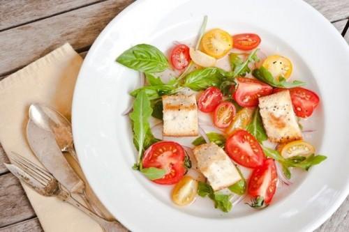 Повсякденні салати з помідорами: 7 швидких рецептів