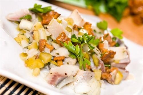 Повсякденні салати з оселедцем без майонезу: 5 рецептів