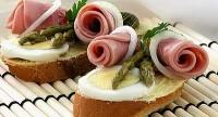 Святкові бутерброди з яйцем і шинкою