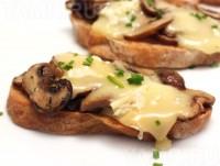 Святкові бутерброди з сиром і печерицями