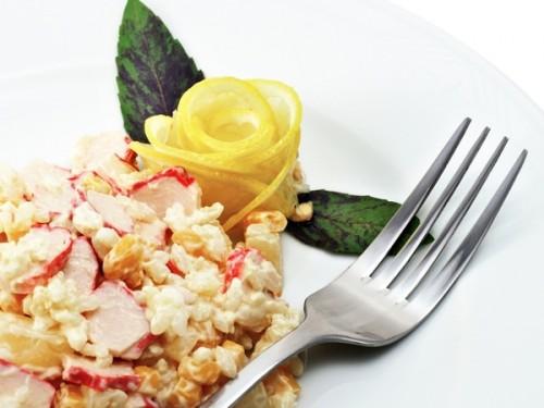 Святкові салати з крабовими паличками: оформлення та рецепти