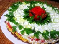Святковий салат з тунцем, кукурудзою та квасолею