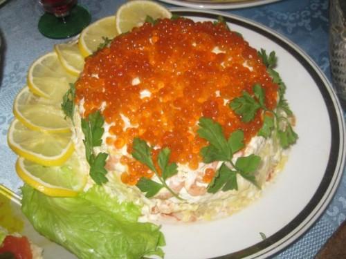 Простий листковий салат з креветками й ікрою