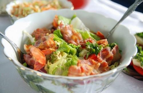 Рецепти салатів з беконом: 5 смачних і швидких перекусів