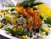 Рисовий салат з копченим лососем