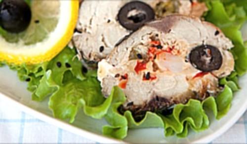 Рулет зі скумбрії з креветками, перцем і оливками