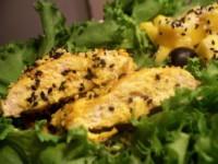 Риба з кунжутом, маслинами і салатом