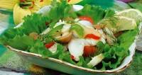Рибний салат із зеленим горошком