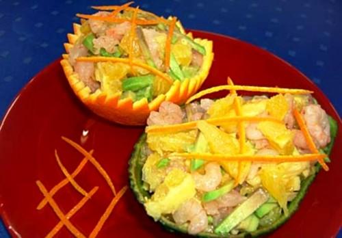 Салат апельсиновий з креветками і авокадо