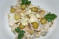 Салат грибний з оселедцем і овочами