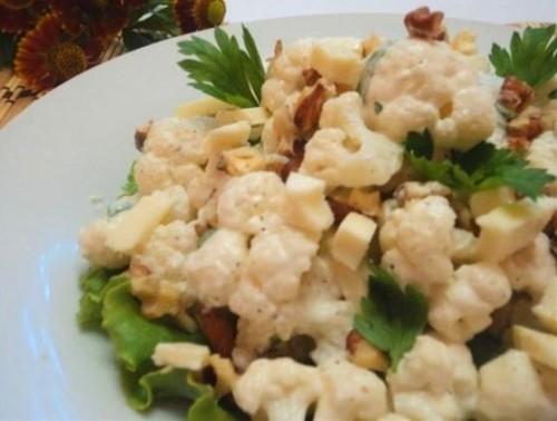 Салат з кольорової капустою і горіхами зі сметанно-йогуртовим соусом