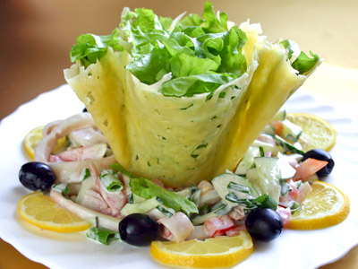 Салат з кальмарів з сирної «кошиком»