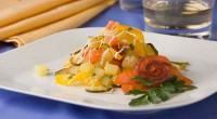 Салат з копченої риби з маринованою цибулею та картоплею