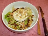 Салат з курки з кедровими горішками та козячим сиром