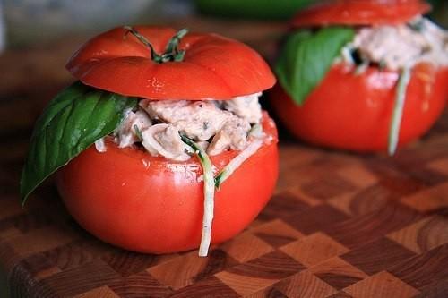 Салат з курки в помідорах