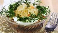 Салат з квашеної капусти з оселедцем